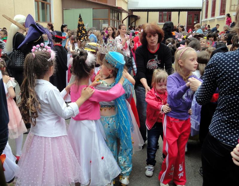 De 1 Iunie, dansăm la carnavalul Școlii Alexandru Ștefulescu